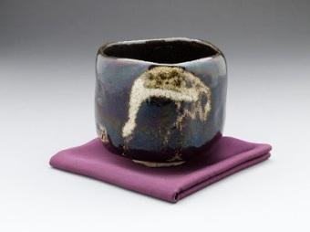 black_raku_teabowl_shorei_aged_pine_with_crane_design_lacma_m-2007-7-2_5_of_5
